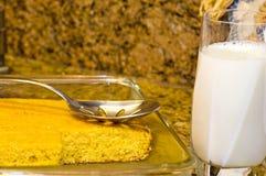 被烘烤的玉米面包新鲜的金黄牛奶 库存图片