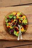 被烘烤的甜菜根芝麻菜和樱桃沙拉 免版税库存图片
