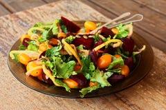 被烘烤的甜菜根芝麻菜樱桃沙拉 免版税库存图片