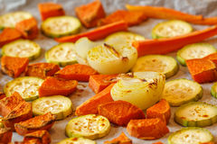 被烘烤的白薯、夏南瓜和红萝卜 免版税库存照片