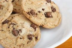 被烘烤的筹码巧克力曲奇饼堆 库存图片