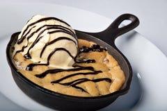 被烘烤的筹码巧克力曲奇饼长柄浅锅 库存照片