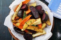 被烘烤的红萝卜和甜菜用草本 图库摄影