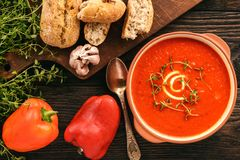 被烘烤的红辣椒奶油汤用大蒜和timian 库存图片