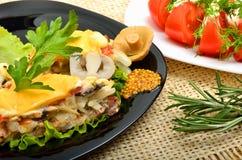 被烘烤的肉充塞用葱,蘑菇,乳酪,在bla的荷兰芹 库存照片