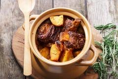 被烘烤的肉和土豆 免版税图库摄影