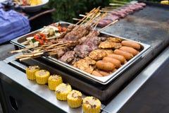 被烘烤的肉和玉米 免版税库存图片