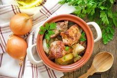 被烘烤的肉用土豆 免版税图库摄影