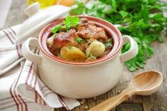 被烘烤的肉用土豆 库存照片