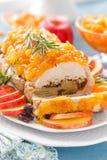 被烘烤的肉饼充塞用苹果和李子,装饰的蜜桔蜜饯 茴香圣诞节叉子节假日例证菜单桔子向量 库存照片