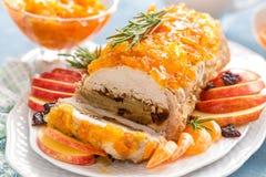 被烘烤的肉饼充塞用苹果和李子,装饰的蜜桔蜜饯 茴香圣诞节叉子节假日例证菜单桔子向量 免版税库存照片