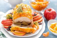 被烘烤的肉饼充塞用苹果和李子,装饰的蜜桔蜜饯 茴香圣诞节叉子节假日例证菜单桔子向量 库存图片