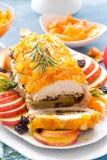 被烘烤的肉饼充塞用苹果和李子,装饰的蜜桔蜜饯 茴香圣诞节叉子节假日例证菜单桔子向量 图库摄影