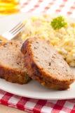 被烘烤的肉饼土豆沙拉 免版税库存图片