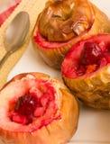被烘烤的自创苹果充塞用樱桃,垂直 免版税库存照片