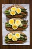 被烘烤的芦笋、火腿、蛋和乳酪三明治 免版税库存照片