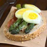 被烘烤的芦笋、火腿、蛋和乳酪三明治 图库摄影