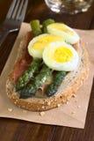 被烘烤的芦笋、火腿、蛋和乳酪三明治 库存图片