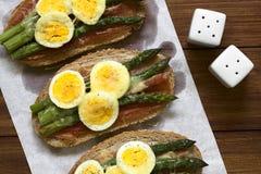 被烘烤的芦笋、火腿和蛋三明治 免版税库存图片