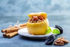 被烘烤的苹果充塞用燕麦粥、葡萄干和坚果 免版税库存图片
