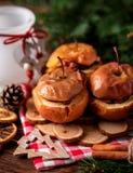 被烘烤的苹果用在土气背景的桂香 秋天或冬天点心 特写镜头照片与圣诞节de的鲜美被烘烤的苹果 图库摄影