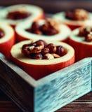 被烘烤的苹果用在土气背景的桂香 秋天或冬天点心 特写镜头照片与圣诞节de的鲜美被烘烤的苹果 免版税库存照片