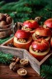 被烘烤的苹果用在土气背景的桂香 秋天或冬天点心 特写镜头照片与圣诞节de的鲜美被烘烤的苹果 免版税图库摄影