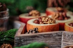 被烘烤的苹果用在土气背景的桂香 秋天或冬天点心 特写镜头照片与圣诞节de的鲜美被烘烤的苹果 库存照片