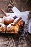 被烘烤的苹果用在生铁长柄浅锅的肉桂条 免版税库存照片