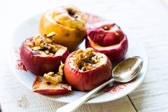 被烘烤的苹果用核桃和蜂蜜,秋天食物 库存照片