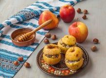 被烘烤的苹果用葡萄干、罂粟种子、米和蜂蜜 图库摄影