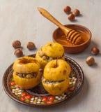 被烘烤的苹果用葡萄干、罂粟种子、米和蜂蜜 免版税库存照片