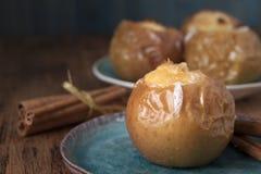 被烘烤的苹果用酸奶干酪和蜂蜜 库存图片