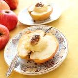 被烘烤的苹果用酸奶干酪和螺母 免版税库存图片