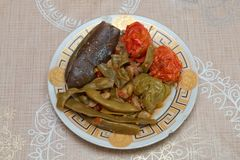 被烘烤的茄子充塞了在桌、匙子和叉子阿塞拜疆盘阿塞拜疆人盘的盘 免版税库存照片