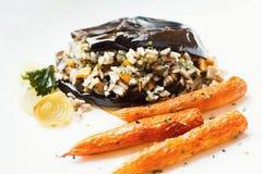 被烘烤的茄子充塞用米、红萝卜和葱 库存图片