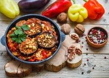 被烘烤的茄子用胡椒、大蒜、蕃茄和核桃 冷或热的开胃菜 免版税库存图片