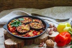 被烘烤的茄子用胡椒、大蒜、蕃茄和核桃 冷或热的开胃菜 免版税库存照片
