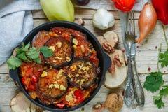 被烘烤的茄子用胡椒、大蒜、蕃茄和核桃 冷或热的开胃菜 图库摄影