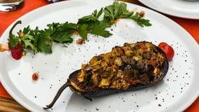被烘烤的茄子用蕃茄、大蒜和辣椒粉 库存图片