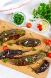 被烘烤的茄子,大蒜,新鲜的草本-快餐` Melindzano `的成份 库存照片