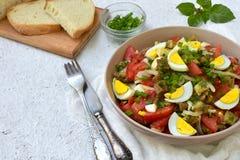 从被烘烤的茄子,葱,蕃茄,鸡蛋的沙拉,穿戴了与橄榄油和苹果醋在轻的背景 复制空间 免版税库存图片