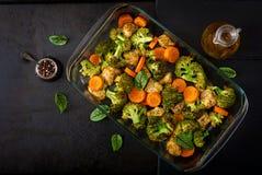 被烘烤的菜和鸡内圆角炖煮的食物  健康的食物 库存图片