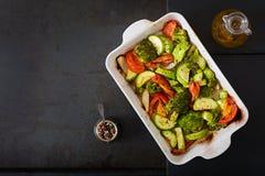 被烘烤的菜炖煮的食物  健康的食物 适当的营养 免版税库存图片