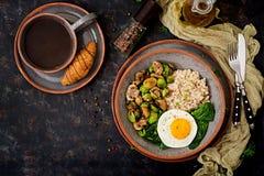 被烘烤的菜燕麦粥、鸡蛋和沙拉-蘑菇和抱子甘蓝 免版税图库摄影