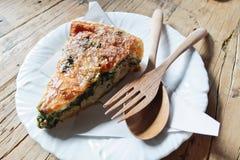 被烘烤的菠菜用在木桌上的乳酪 库存图片