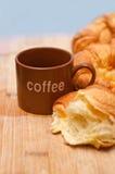 被烘烤的董事会奶油蛋卷新月形面包法国新鲜的木头 免版税图库摄影