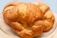被烘烤的董事会奶油蛋卷新月形面包法国新鲜的木头 图库摄影