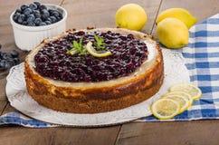 被烘烤的蓝莓柠檬乳酪蛋糕 免版税库存图片