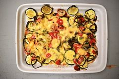 被烘烤的蔬菜 土豆,夏南瓜 库存照片